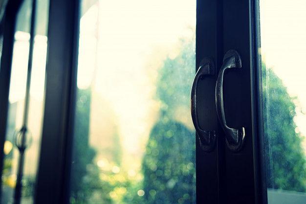 Jakie okna i drzwi warto wybrać do swojego domu?