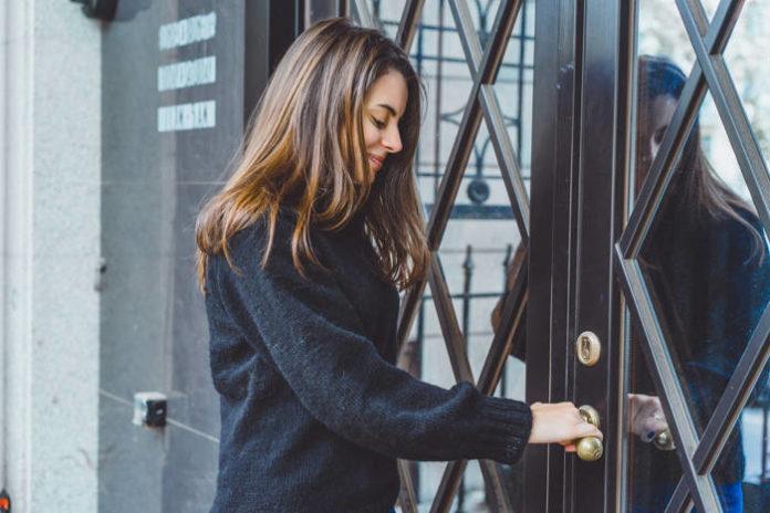 Dlaczego nie warto samodzielnie montować drzwi?