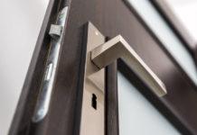 Klamka do drzwi to nie wszystko – jak wybrać szyld klamkowy?